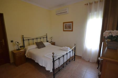 Private double room in villa - Algodonales - 別荘