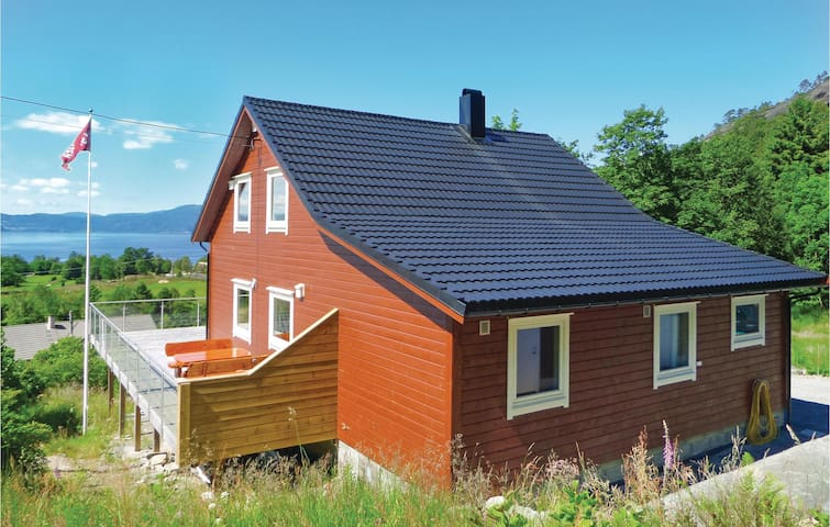 Holiday cottage with 4 bedrooms on 150m² in Herøysund/Kvinnherad