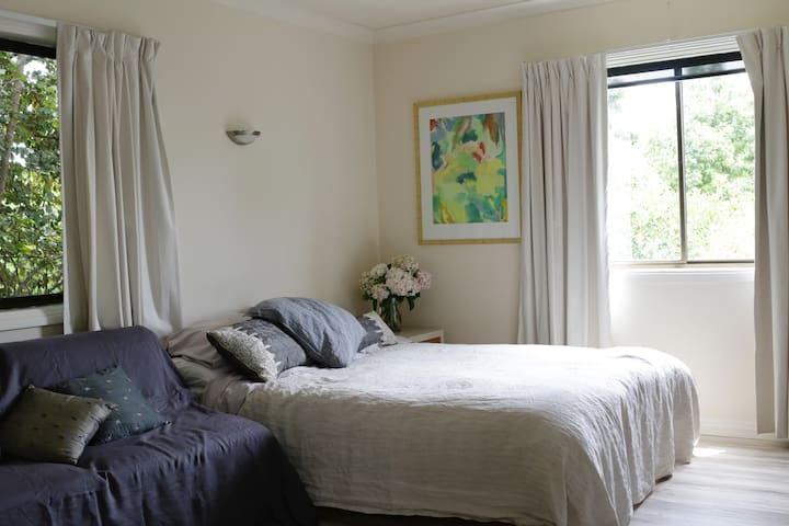 Clean, queen bed with cooking facilities. - East Albury