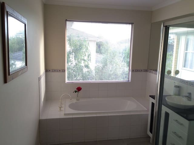 Nearby Glen Waverley Station - Glen Waverley - Villa