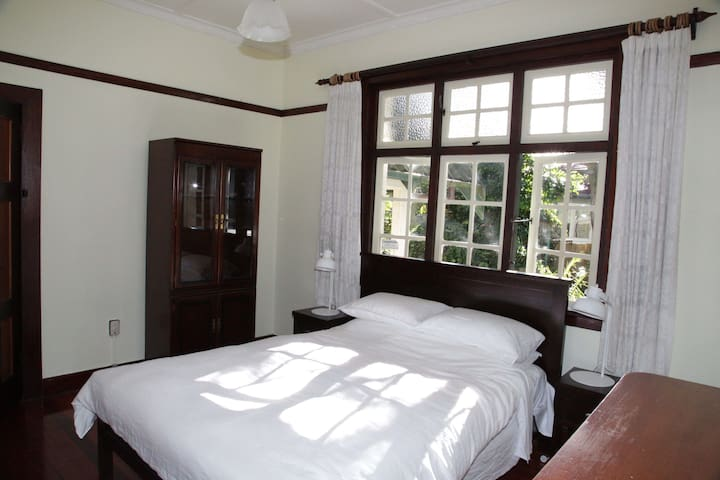 Private room in delightful Mount Eden home