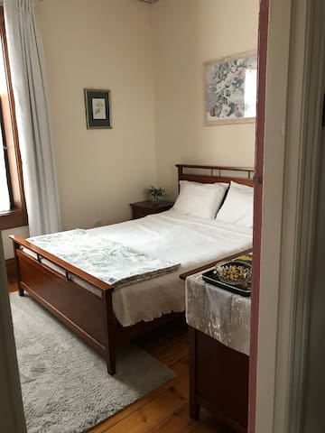 1881 Heritage Cottage-Queen Bed/Private Bathroom