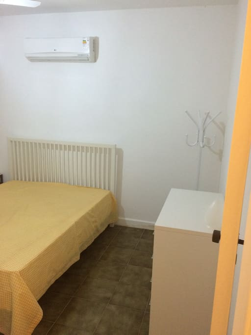 Quarto 1 - Cama de casal, varanda, cômoda e Ar-Condicionado