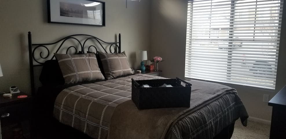 Clean home close to airport Very private room+bath