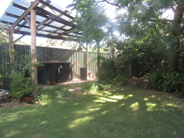 Large loft, heritage home, perfect location - Bunbury - บ้าน
