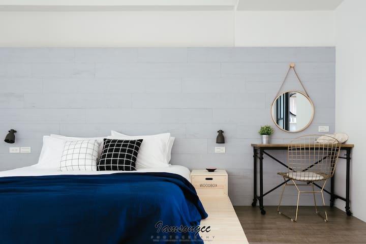 市區14坪大空間-R02古典輕工業雙人房(有浴缸 陽台)