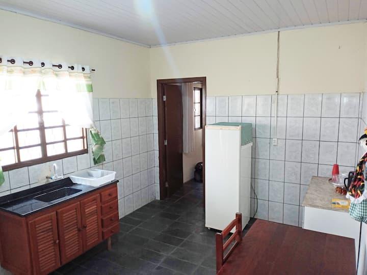 Kitnet ampla e mobiliada no centro de Piracaia