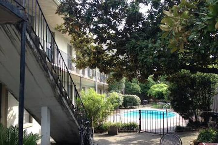 1 Bed Condo Tulane Area near Street Car, Pool
