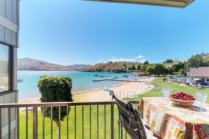 Waterfront studio w/shared pool, hot tub, sandy beach-walk to town