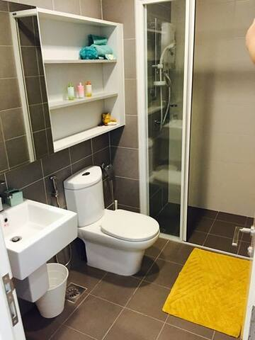 Main bathroom with hot shower & toiletries