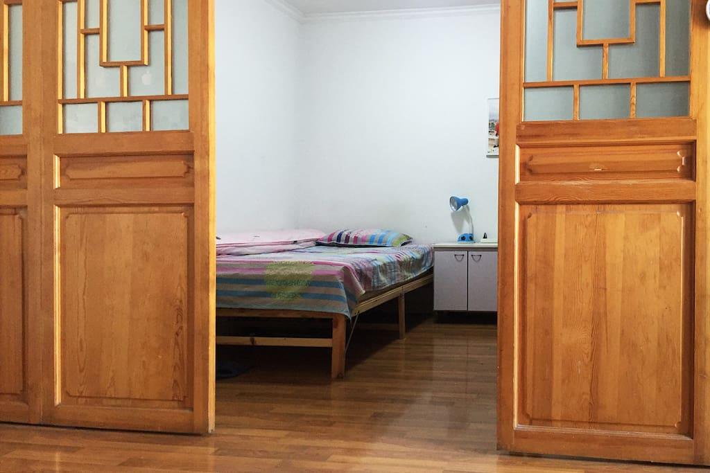 床位位于二室二厅中客厅的一侧。有推拉门与客厅分隔。