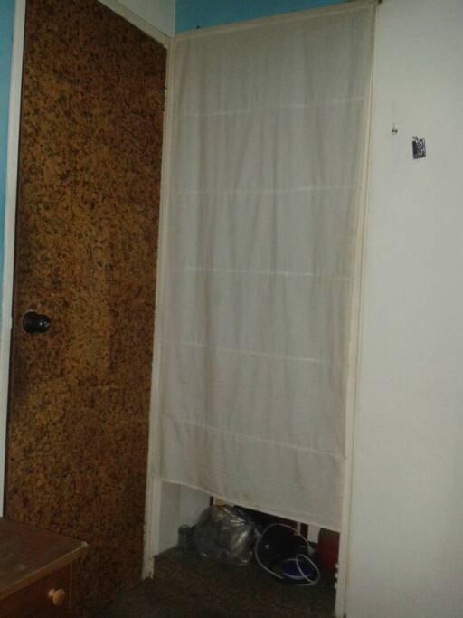 Puerta de la habitación de invitados y armario pequeño de la misma.