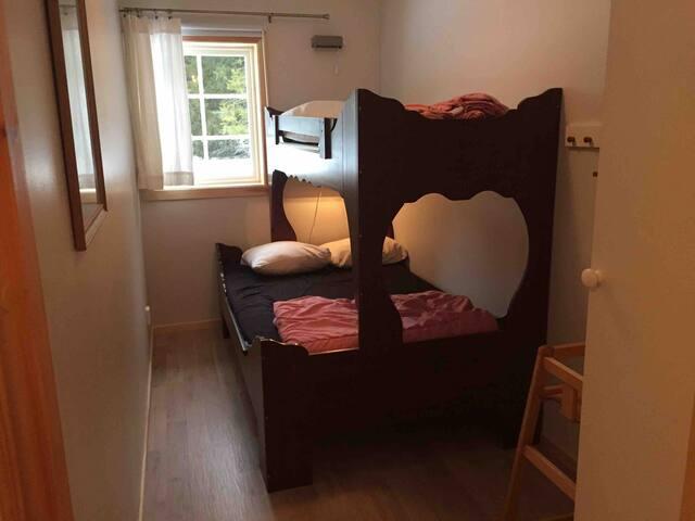 Sovrum 4: 120 cm säng med loftsäng 80 cm