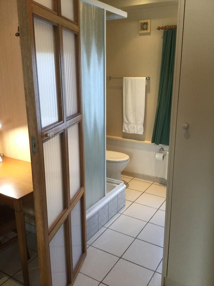 Guesthouse De Sluis 2  Nette en rustige kamer