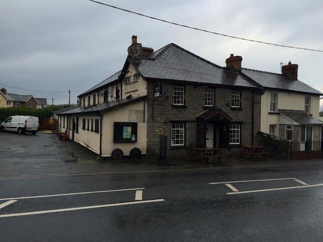 Charming Beacons Pub, with B&B - Powys - Bed & Breakfast