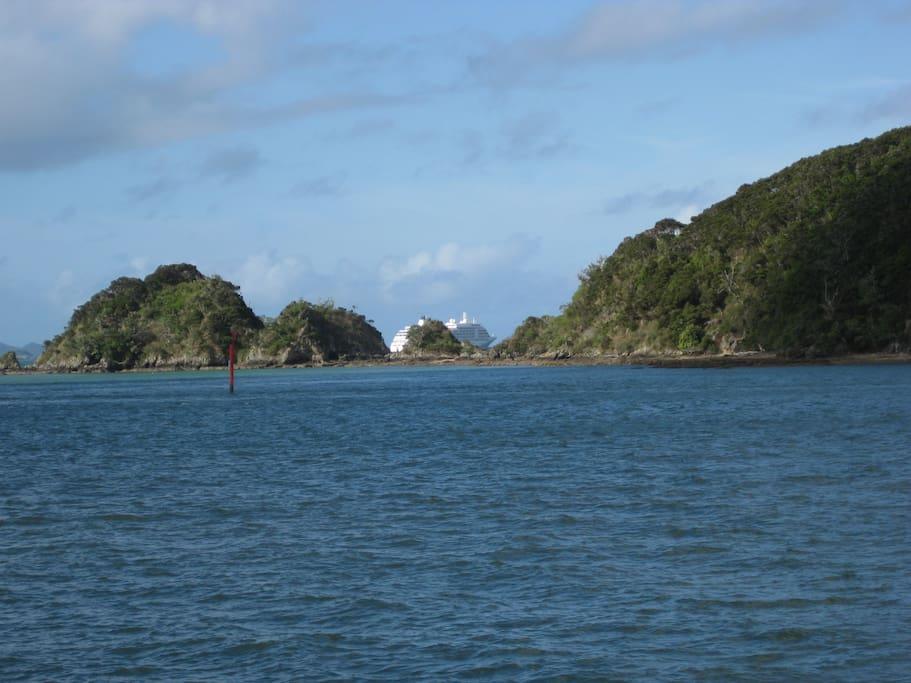 A cruise ship leaves Paihia