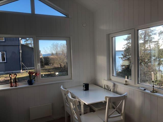 Husets kök/allrum med utsikt