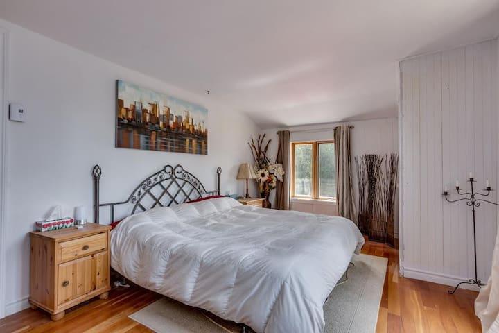 une chambre lit King à louer avec balcon