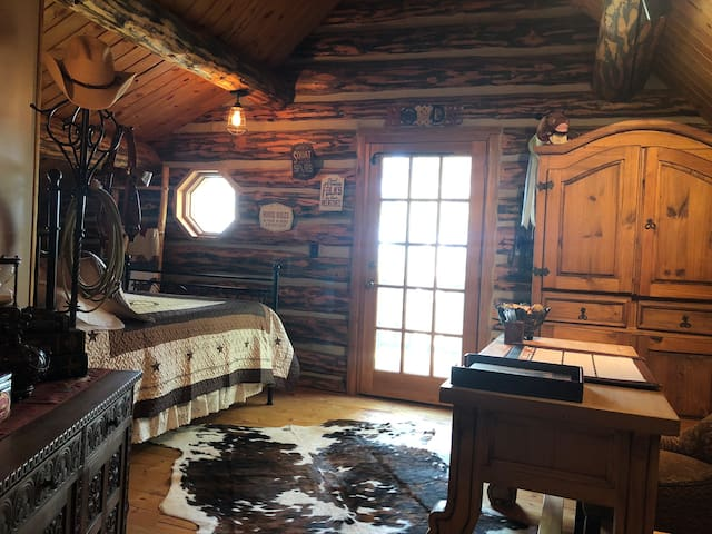 Magical Mountain Log Cabin - The Cowboy Suite