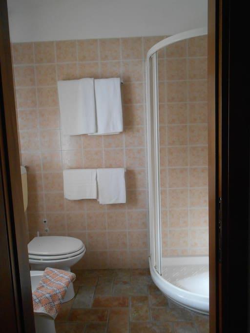 Bagno interno con doccia e phon