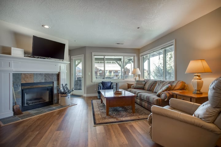Cozy condo w/ a full kitchen, gas fireplace, & marina views!