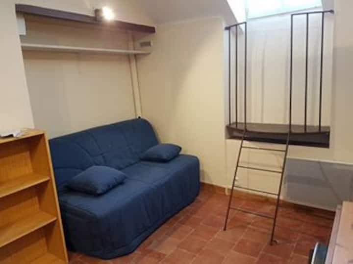 Petit studio confortable, à deux pas de la gare.