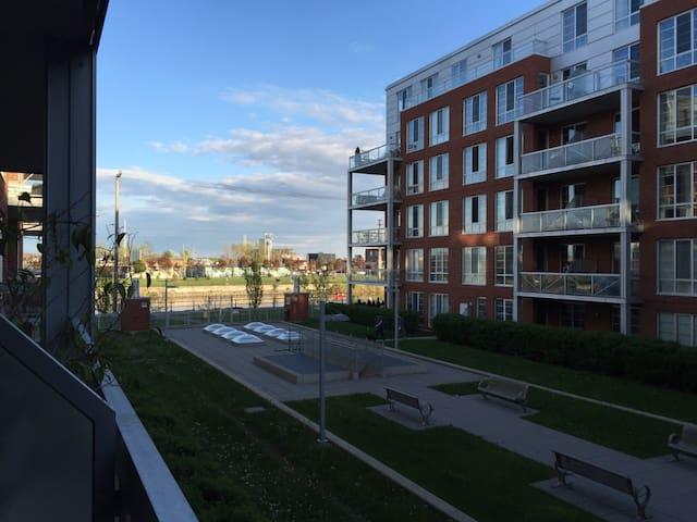 Beautiful 2 bedroom condo next to the Canal - Montreal - Apto. en complejo residencial