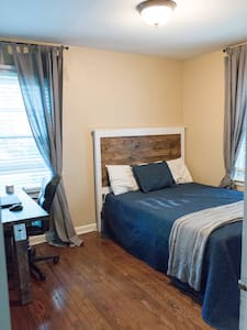 Private bed and bathroom - Roeland Park