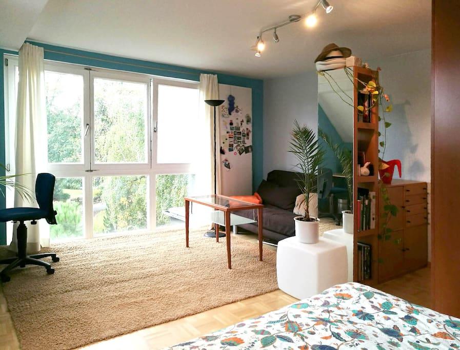 sch nes gro es gem tliches zimmer mit ausblick. Black Bedroom Furniture Sets. Home Design Ideas