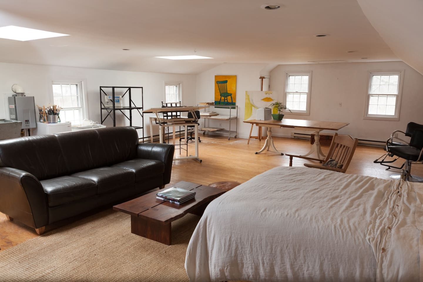 Spacious Art Studio/Apartment. Enjoy the atmosphere or dig in and create your own art.