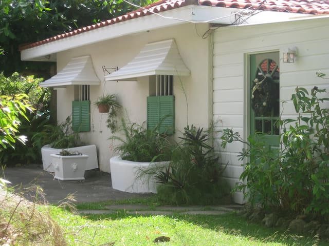 Carolita Cottage with pool Nr Holetown - Holetown