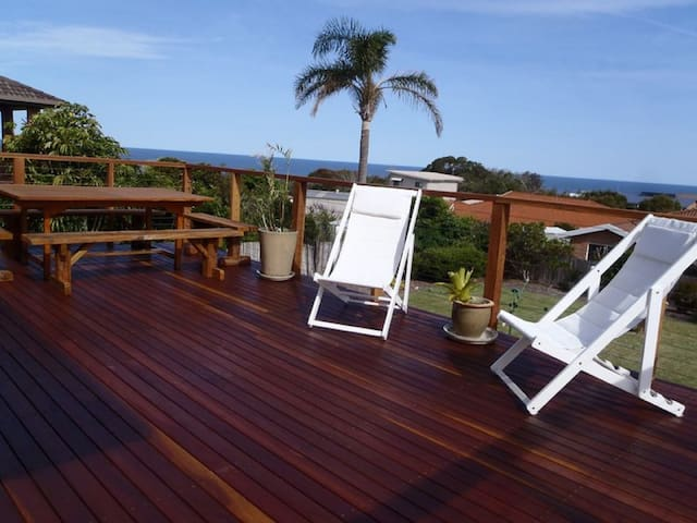 Bombora Penthouse. Walk to beach, harbour, shops