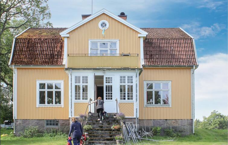 Holiday cottage with 5 bedrooms on 200m² in Älghult