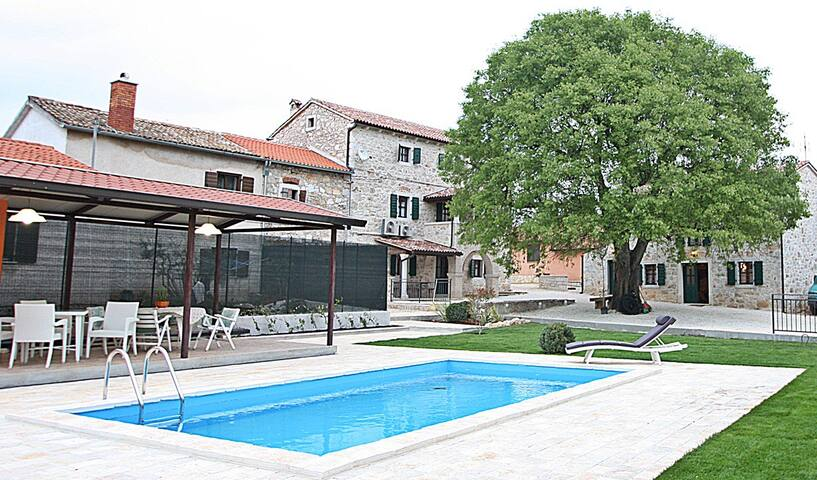 Villa Antonio for 6-8 with pool - Antonci - Haus