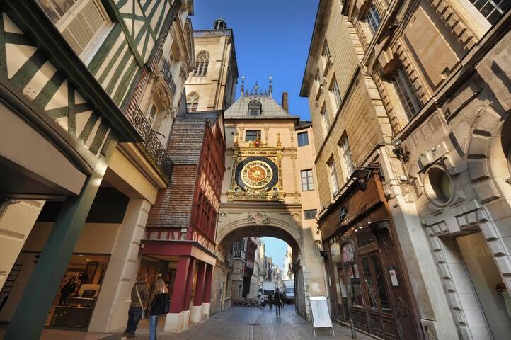 Beau F2 lumineux sur la place du vieux marché - Rouen - Daire