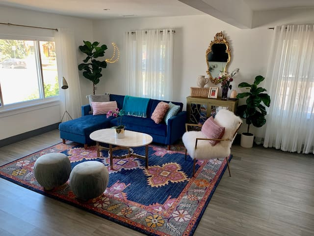 Chic Private Master Bed & Bath - 1 mile from LAX!