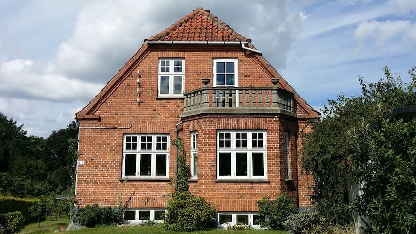 Hillerød  Hus smukt beliggende nær slot og centrum - Hillerød - Ev