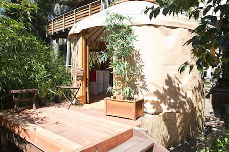 Bali-style Yurt with Hot tub & Garden - Rumah