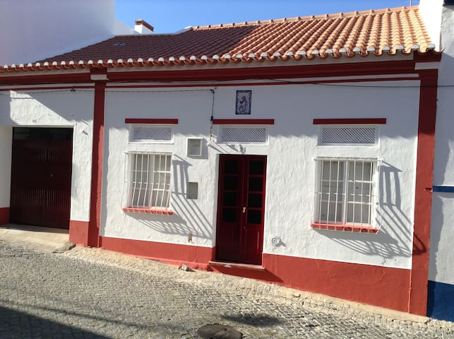 Casa com 3 quartos - no centro da vila - Galveias - Galveias - Dom