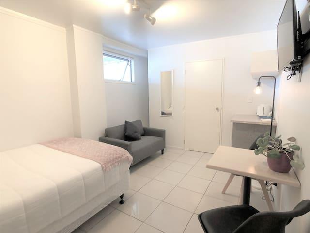 Cozy studio with private bathroom in Kingsland.