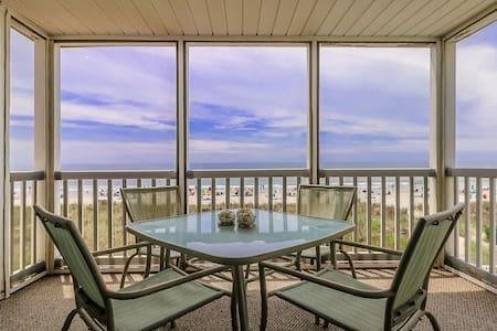 Oceanfront 3 Bedroom 2.5 Bath Wifi, Pool, W/D