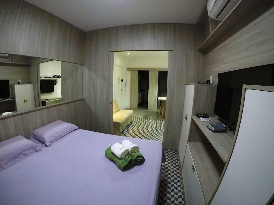 As camas combinadas oferecem espaço para o casal.