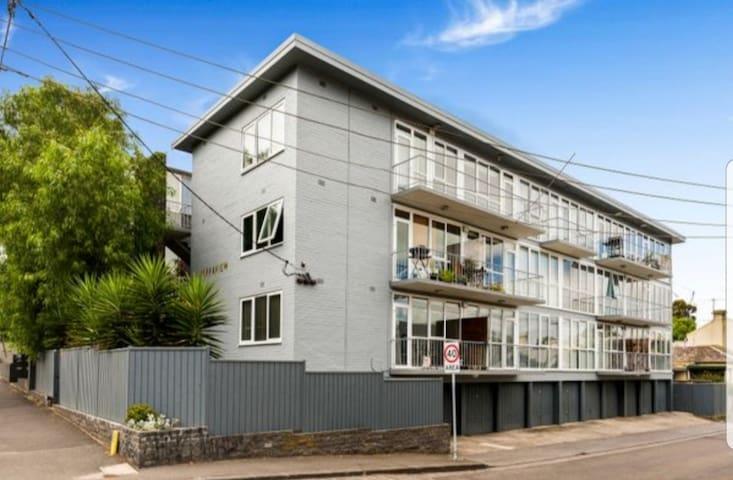 Central Richmond Apartment near MCG, shops & bars
