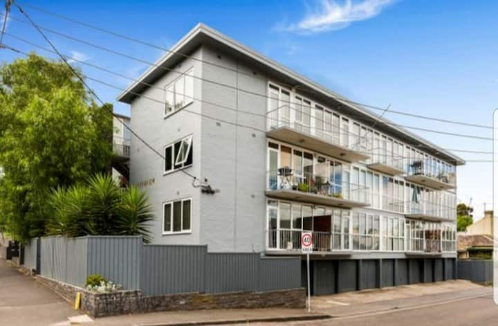Central Richmond Apartment near MCG, shops & bars