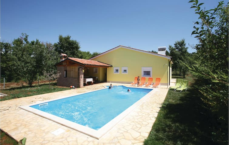Holiday cottage with 3 bedrooms on 96 m² in Rebici