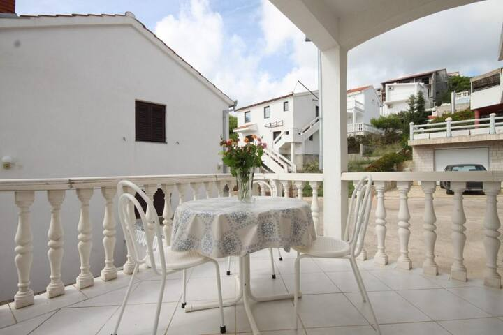 Two bedroom apartment with terrace and sea view Rukavac, Vis (A-8837-c)