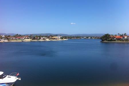 Million Dollar views & perfect location! - Mermaid Waters - Pis