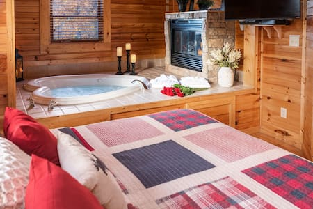 Romantic Smoky Mountain Cabin! Hot tub/ Wifi/Clean