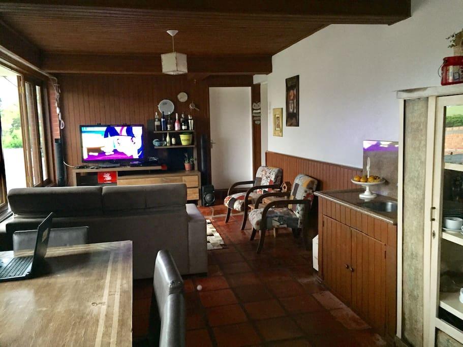 Sala com televisão e de café da manhã