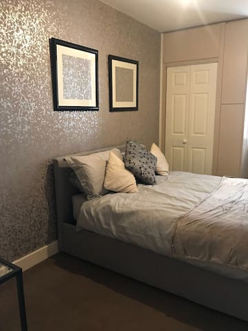 Double Room in a modern apartment situated  in old town Southampton  Opposite Ocean Cruise terminal